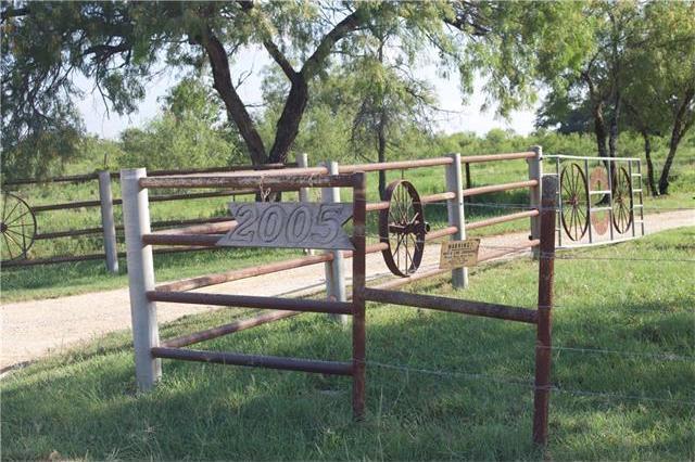2005 Bugtussle Ln, Luling, TX 78648