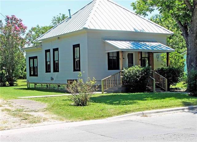 818 Bois Darc St, Lockhart, TX 78644