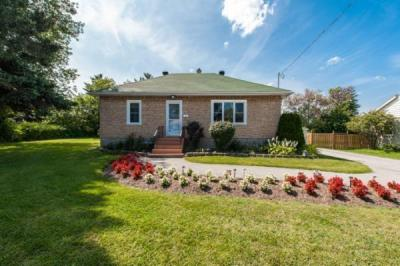 Photo of 10 Stinson Avenue, Ottawa, Ontario K2H6M9