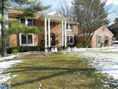 309 Grosse Pines Dr, Rochester Hills, MI 48309