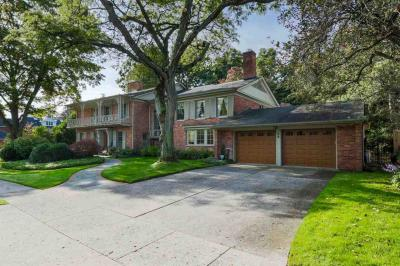 Photo of 35 Tonnancour Pl, Grosse Pointe Farms, MI 48236