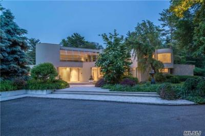 Photo of 1 Carriage Dr, Old Westbury, NY 11568