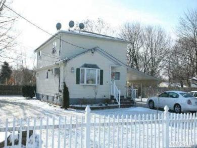 14 Deer Park St, Bay Shore, NY 11706