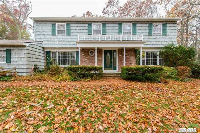 25 Rogers Dr, Cold Spring Hrbr, NY 11724