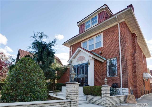 6950 Exeter St, Forest Hills, NY 11375