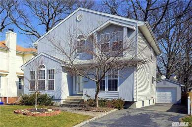 20 Donaldson Pl, Roslyn Heights, NY 11577
