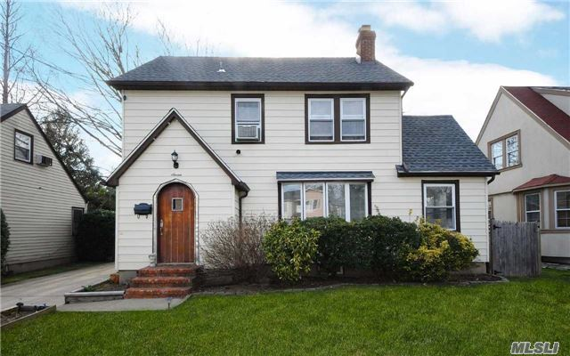 7 Garfield Pl, Roslyn Heights, NY 11577