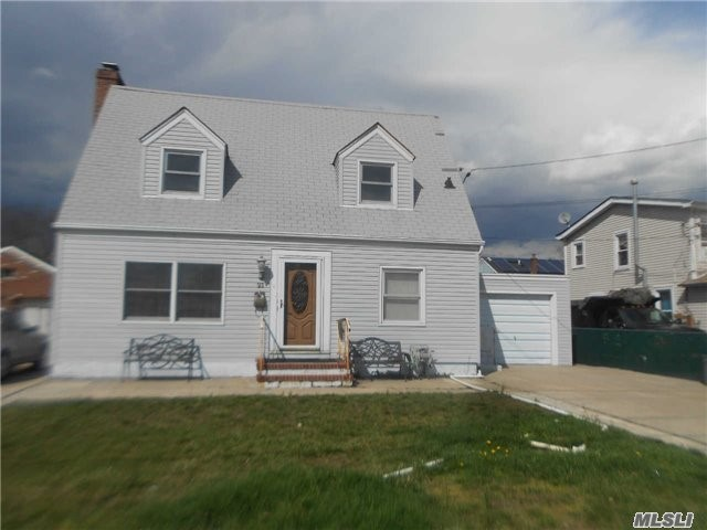 21 Pearl St, Patchogue, NY 11772