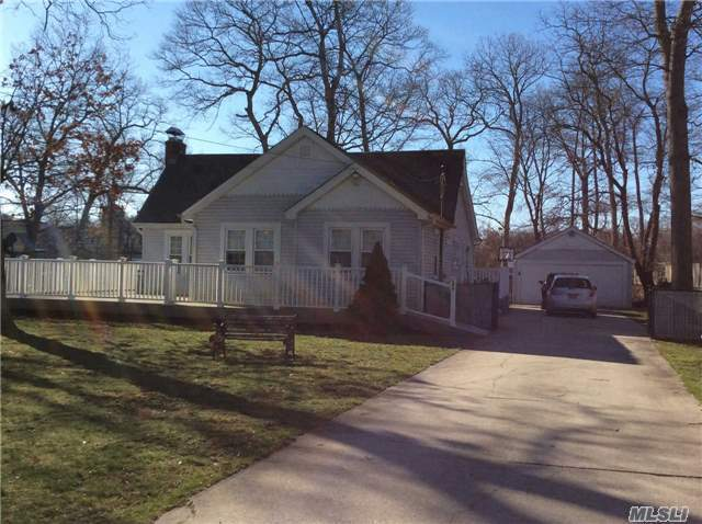 106 Shinnecock Ln, East Islip, NY 11730
