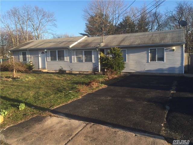 20 Willow St, Central Islip, NY 11722