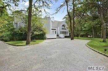 Photo of 10 Honeysuckle Ln, E Quogue, NY 11942