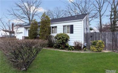 390 Oakwood Rd, Huntington Sta, NY 11746