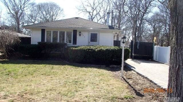 322 Whittier Dr, Mastic Beach, NY 11951