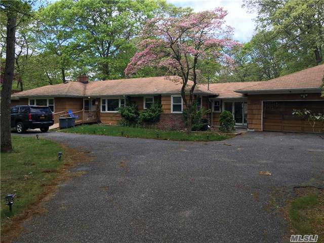 37 Roundabout Rd, Smithtown, NY 11787
