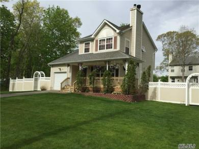 6 3rd St, Moriches, NY 11955