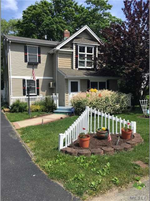 33 Division Ave, East Islip, NY 11730
