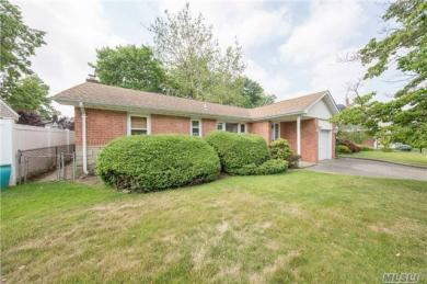 807 Willow Rd, Franklin Square, NY 11010