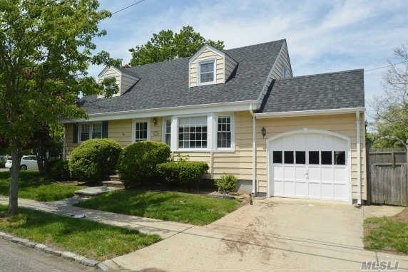 Friendly Cape in the Heart of Nassau Shores!