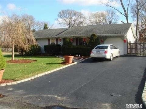 542 Birch Hollow Dr, Shirley, NY 11967