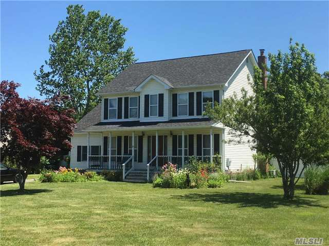 9 Wiltshire Ct, Center Moriches, NY 11934