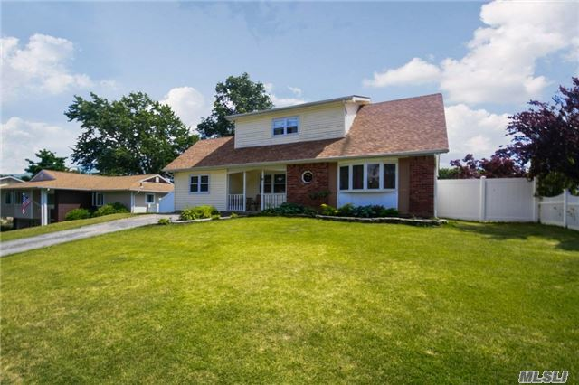 8 Brightview Dr, Rocky Point, NY 11778