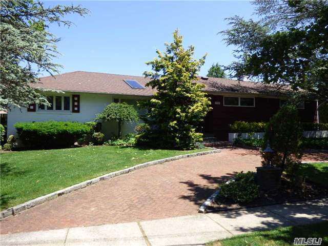 1378 W Barry Dr, Valley Stream, NY 11580