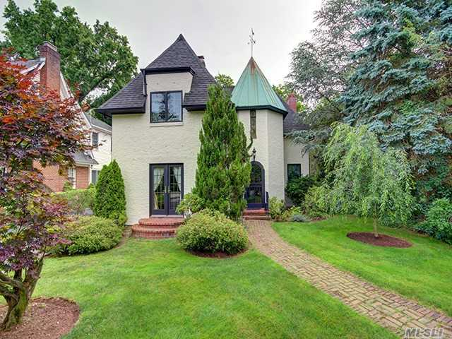 76 Plandome Ct, Manhasset, NY 11030