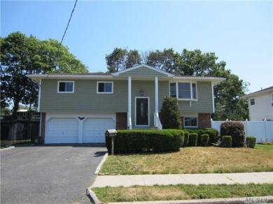 518 N Queens Ave, Lindenhurst, NY 11757