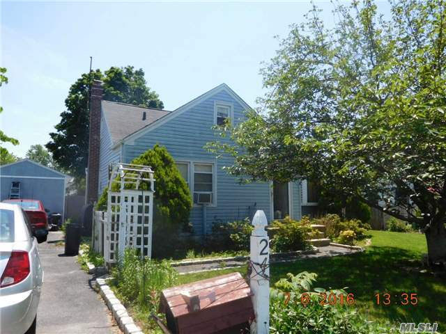 24 Everett St, Patchogue, NY 11772