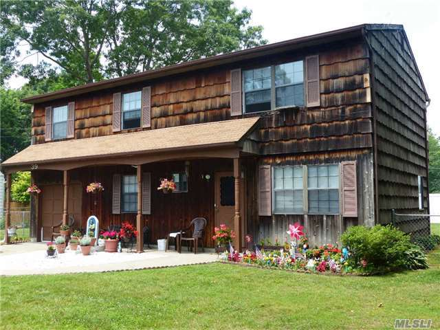 39 Schenk Dr, Shirley, NY 11967