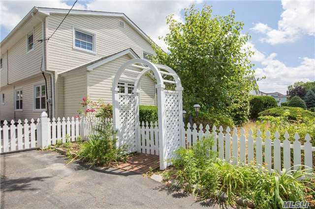 5 Clifford Pl, East Norwich, NY 11732