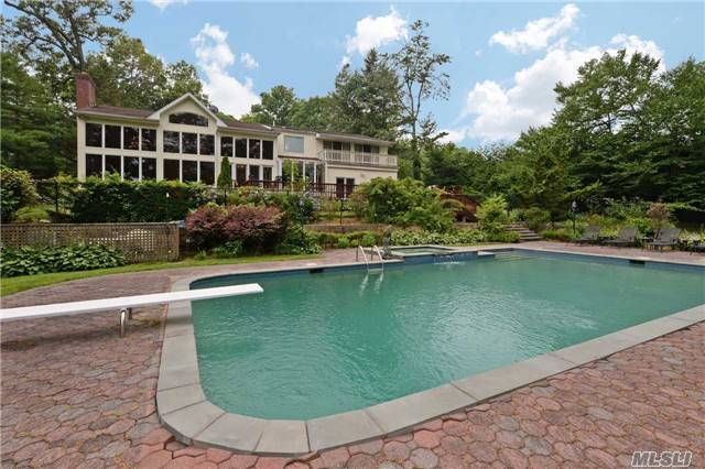 155 Sycamore Dr, East Hills, NY 11576
