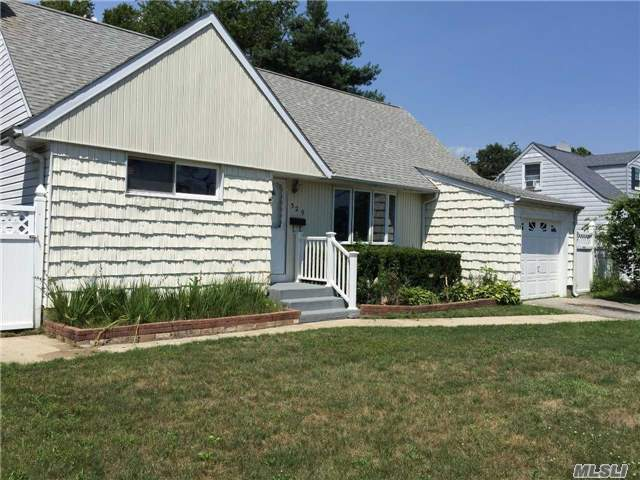 Great Spacious Starter Home in Bethpage!