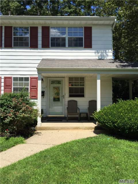 1202 Towne House Vlg, Hauppauge, NY 11749