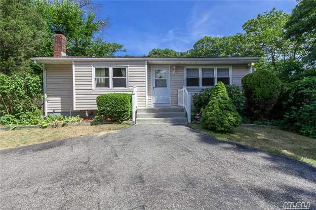 31 Oak St, Nesconset, NY 11767