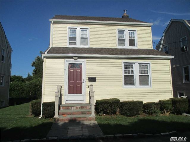 16 La Placa Ct, Manhasset, NY 11030