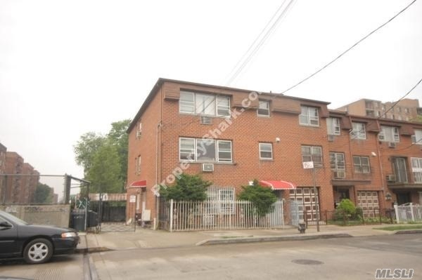40-12 147th St, Flushing, NY 11354