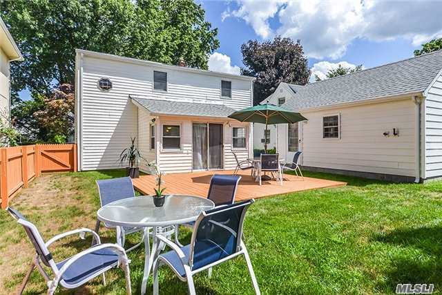 54 Oxford St, Roslyn Heights, NY 11577