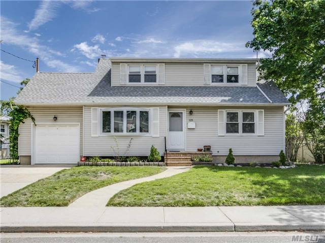 125 Garfield St, Freeport, NY 11520