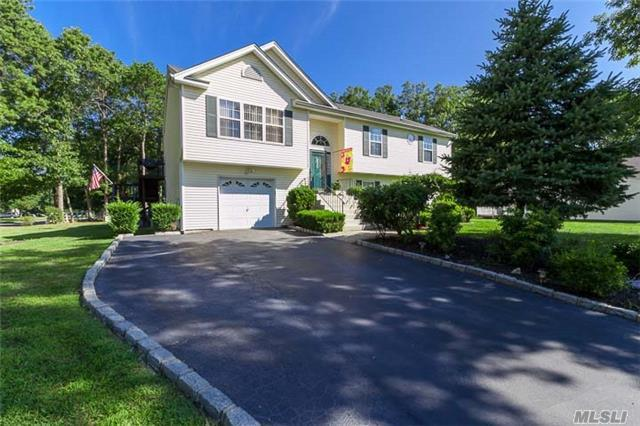 9 Beach Plum Ln, Middle Island, NY 11953
