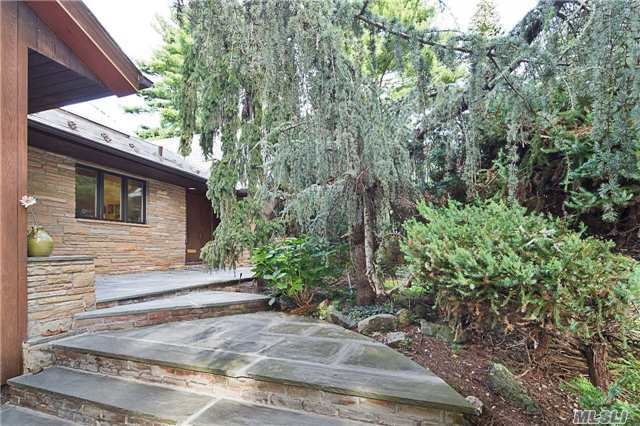 38 S Somerset Dr, Great Neck, NY 11020