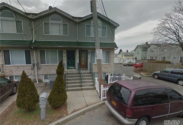 92 Confederation Pl, Out Of Area Town, NY 10303