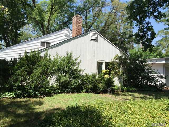 21 Parkway Dr, Roslyn Heights, NY 11577