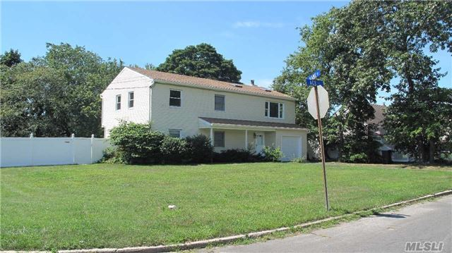 82 Ace Ct, West Islip, NY 11795
