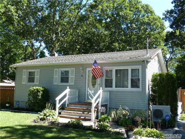 84 Queen Rd, Mastic Beach, NY 11951