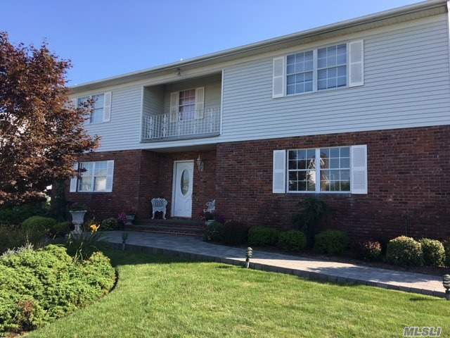 28 N Oak Point Dr, Bayville, NY 11709