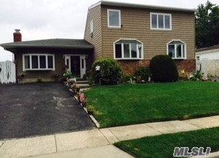 29 4th Ave, Farmingdale, NY 11735