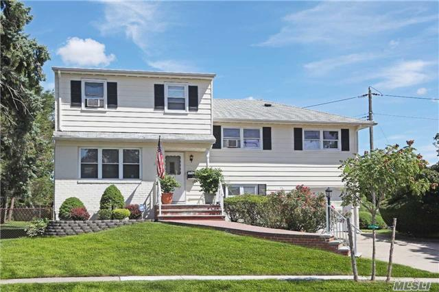 71 Grohmans Ln, Plainview, NY 11803
