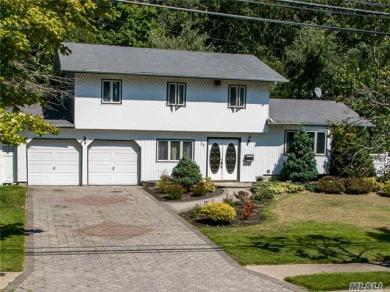 53 Willow St, Wheatley Heights, NY 11798