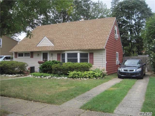 138 Southberry Ln, Levittown, NY 11756